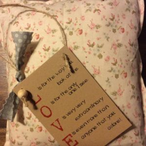 Καρτελάκι Δώρου με Γνωμικό Αγάπης: L O V E...