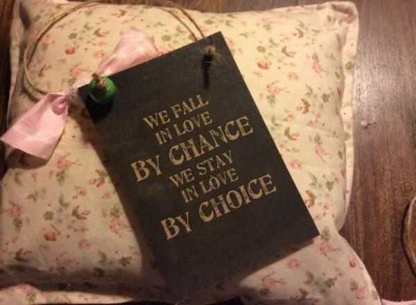 Καρτελάκι Δώρου με Γνωμικό Αγάπης: We fall in love...
