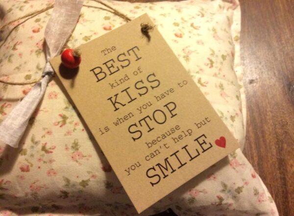 Καρτελάκι Δώρου με Γνωμικό Αγάπης: The best kind of kiss...